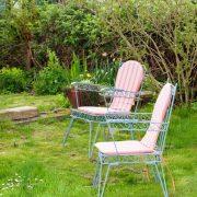 zwei Stühle auf dem Gartenplatz