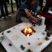 Verjun Thal entzündet das Dhuni-Feuer