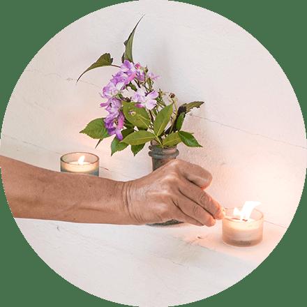 Verjun entzündet eine Kerze