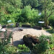 Gartenplatz am Ufer eines Flusses